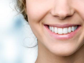 健康的な歯の女性