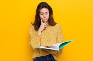 ノートを見る女性の画像