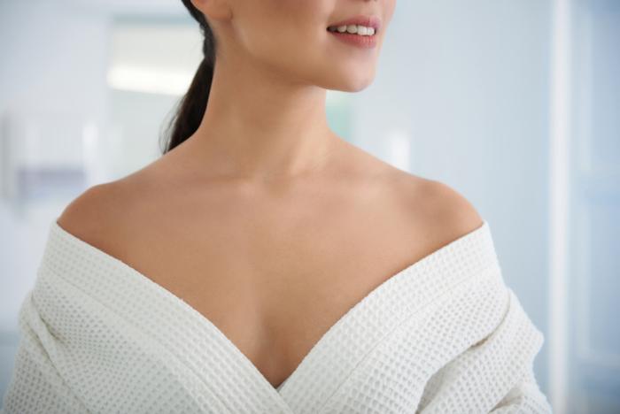 女性胸元の画像
