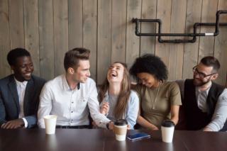 仲間と談笑している女性の写真