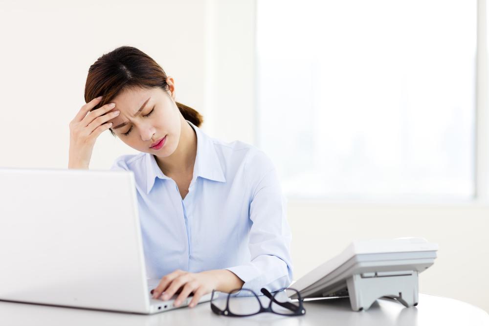 仕事中に疲れを感じている女性