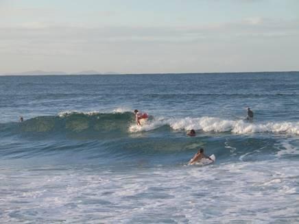 サーフィンをしている人たちの写真