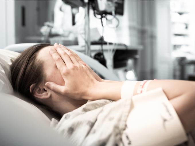 ベッドに横たわる女性患者