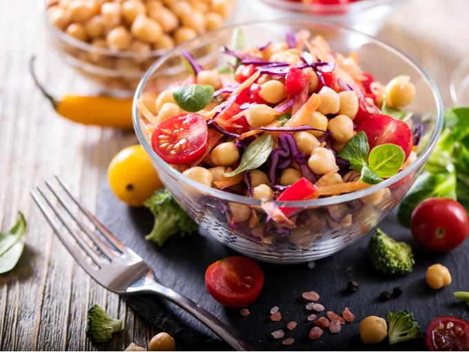 大豆や野菜などで作った栄養たっぷりのサラダ