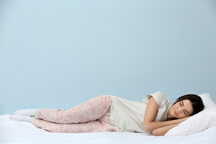 横になる女性の画像