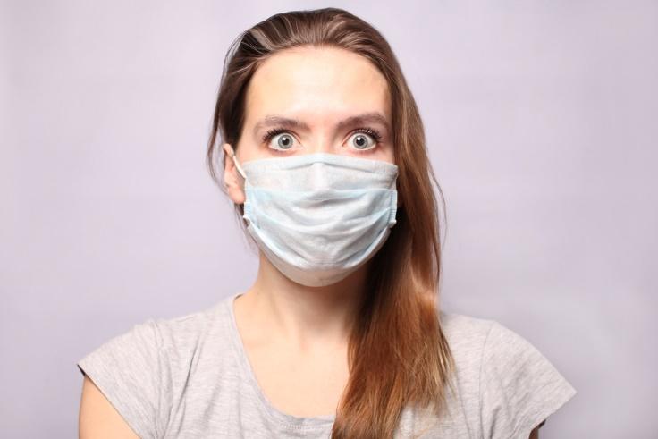 マスクをつけている女性画像