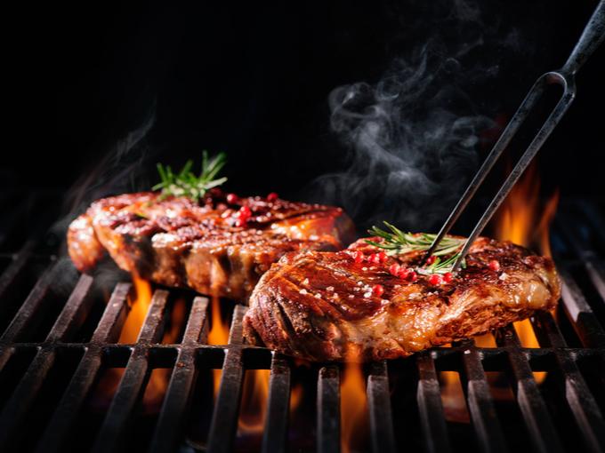 炭火焼でステーキを焼く様子