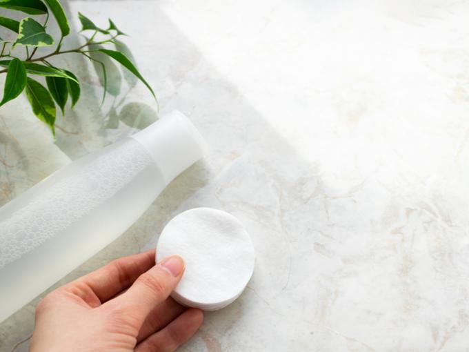化粧水とパフ