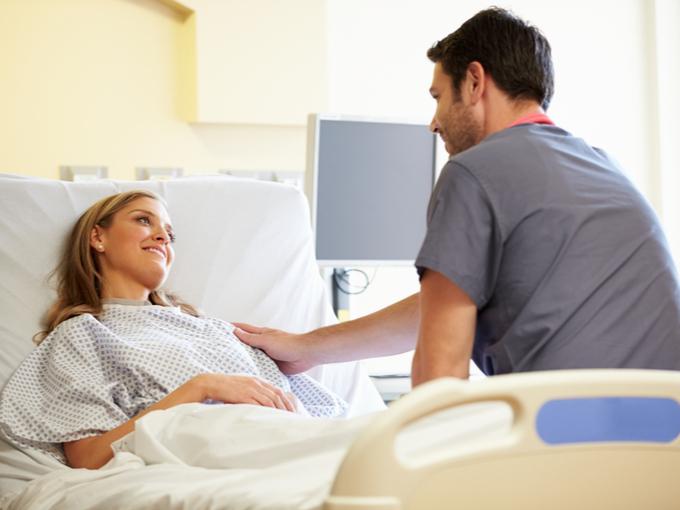 入院中の女性を見舞う男性