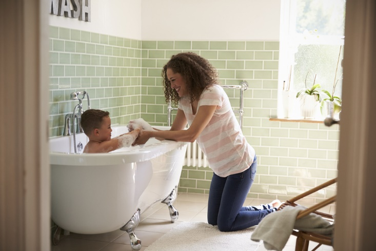 子供をお風呂に入れるママ