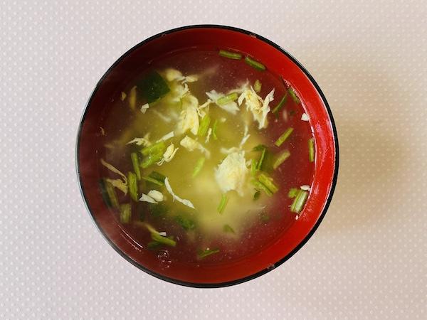 お湯を注いででき上がったみぶ菜と鶏肉の卵スープ