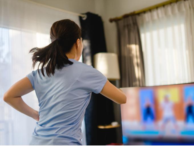 室内で運動に励む女性