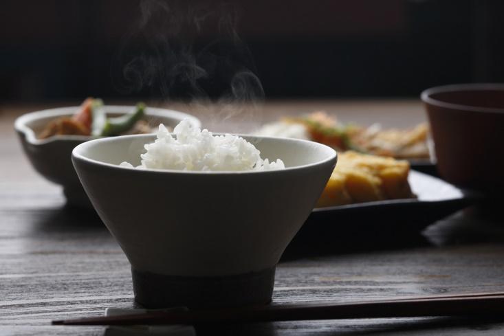 ご飯の入ったお茶碗の画像