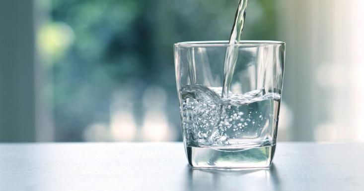 水が注がれているコップの画像
