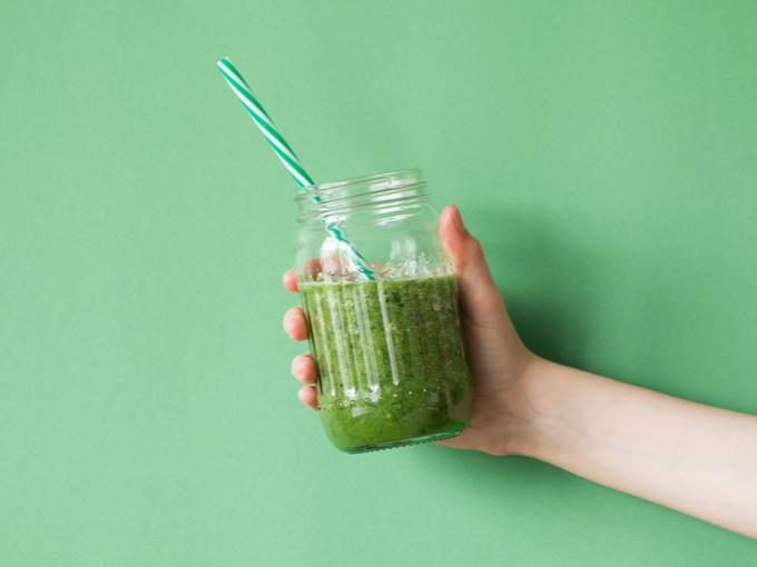 手にもった野菜ジュース