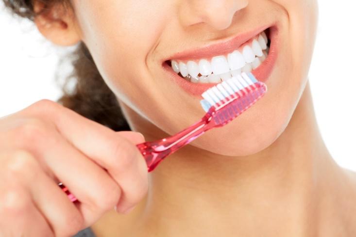 歯ブラシを持った女性の口元の画像