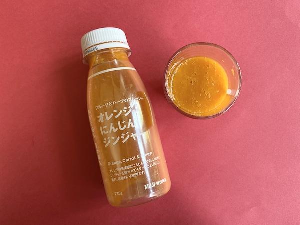 コップに注いだスムージーの「オレンジ にんじん ジンジャー」