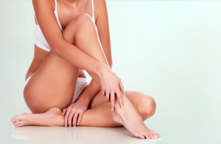 ひざを立てる女性の首から下の画像