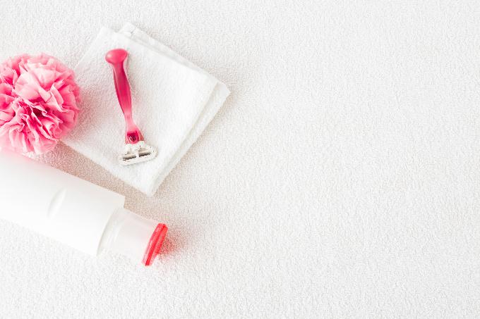 ピンクのかみそりとピンクの紙の花など画像