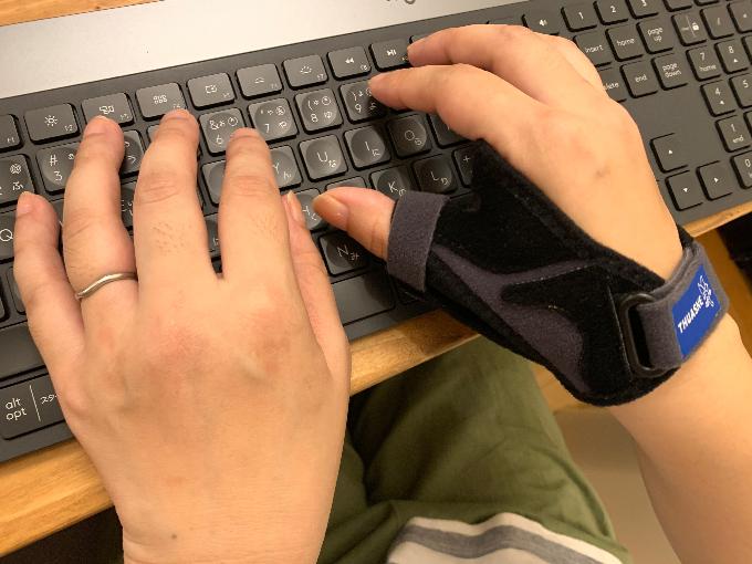 パソコン作業中の浜田さん