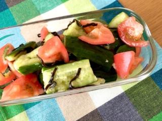 ポリポリッとおいしい! 夏のビタミン&ミネラル補給に「たたききゅうりとトマトの塩昆布和え」#今日の作り置き