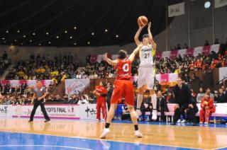 ゴールを狙う大崎佑圭選手