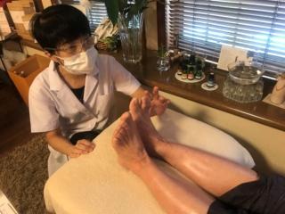 足裏を診断する鈴木先生画像