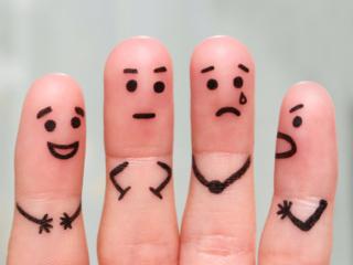 手の指に顔を描き擬人化した様子