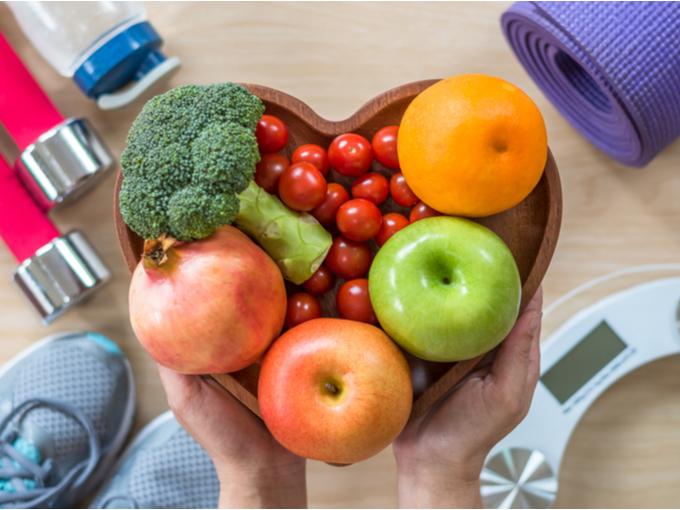 野菜あやフルーツを盛ったトレーと運動用具