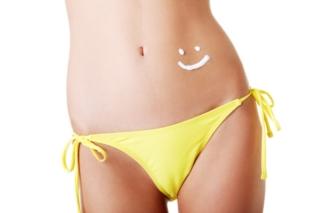 黄色いビキニの女性の腰の部分画像