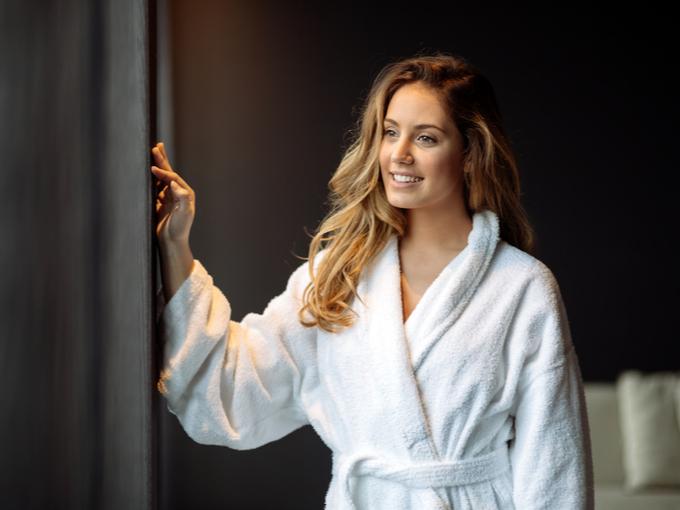 シャワーを浴びてさっぱりしている女性
