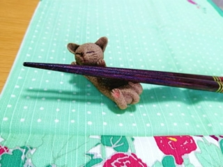 猫の箸置きと箸の画像