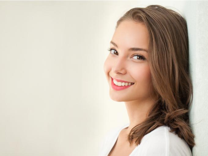 白く美しい歯の女性