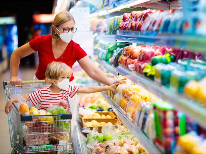 マスクをしてスーパーで買いものをする親子