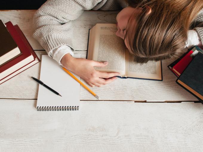 勉強中にうたた寝する女性