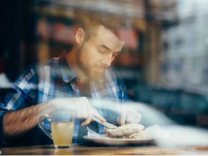 レストランで食事をする男性