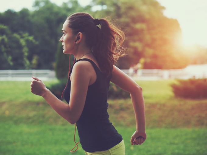 早朝にランニングをする女性