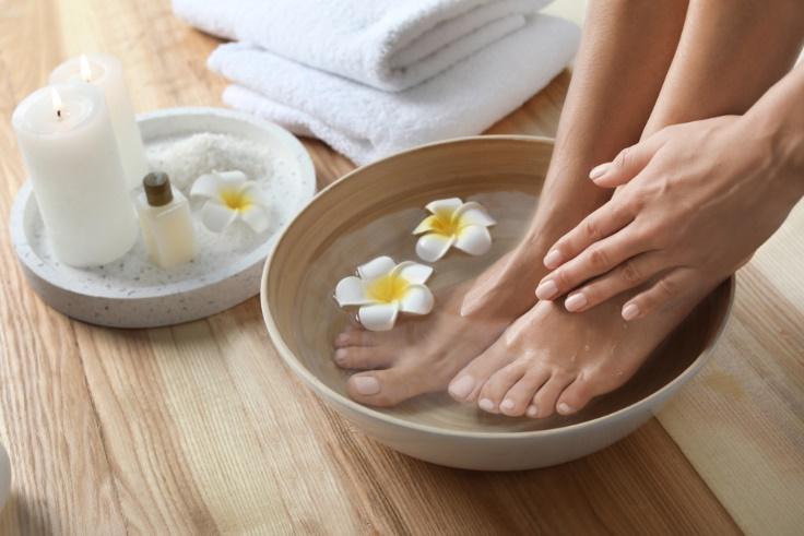 足浴している女性の足