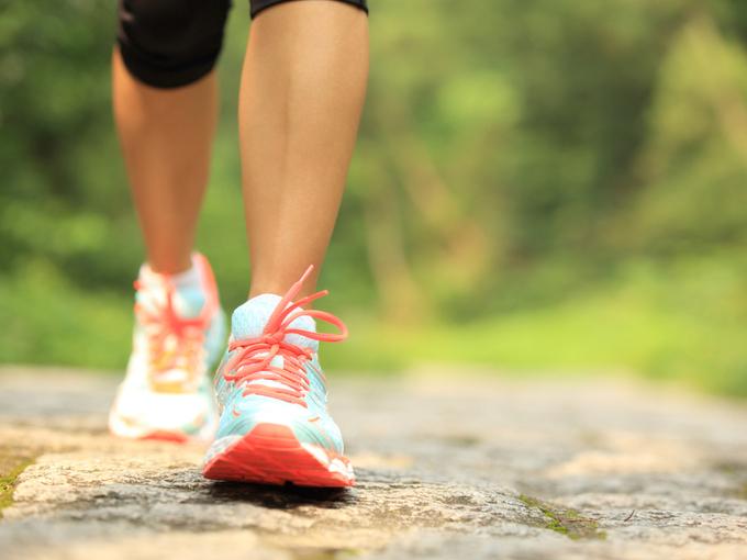 運動靴で歩く人の足元