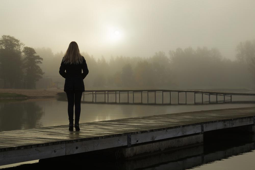 ひとり佇んでいる女性の写真