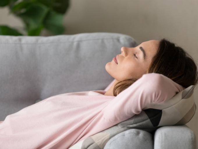 ソファーで休息する女性