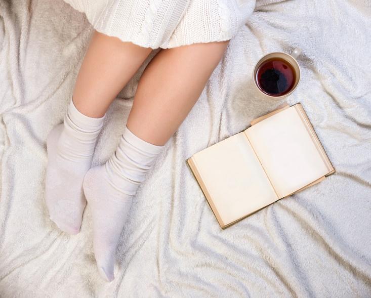 靴下をはいて足もとを温める