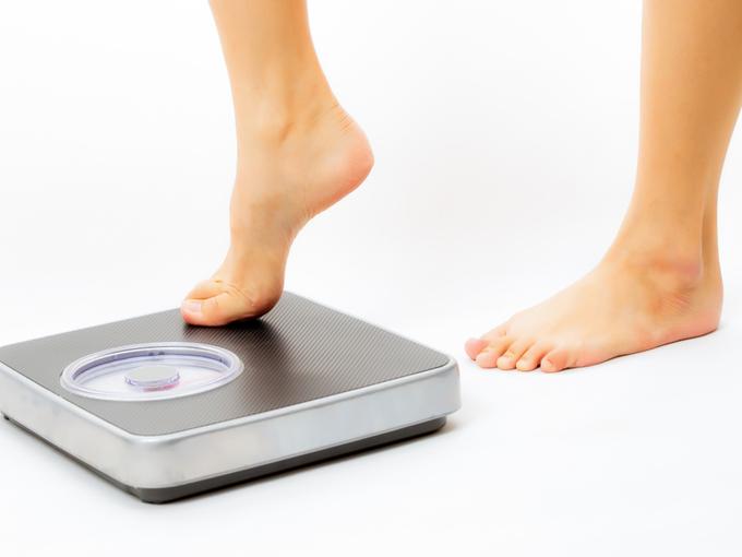 体重計に乗る人の足元