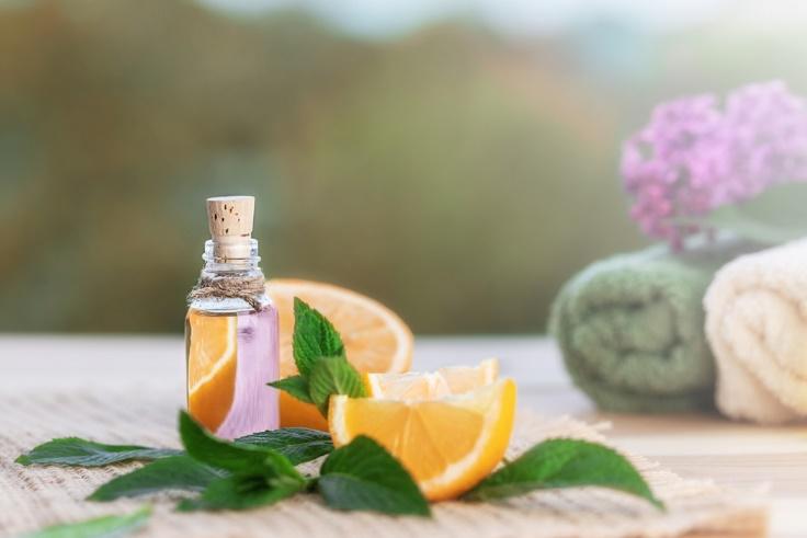 シトラスとミントの葉とオイルの瓶