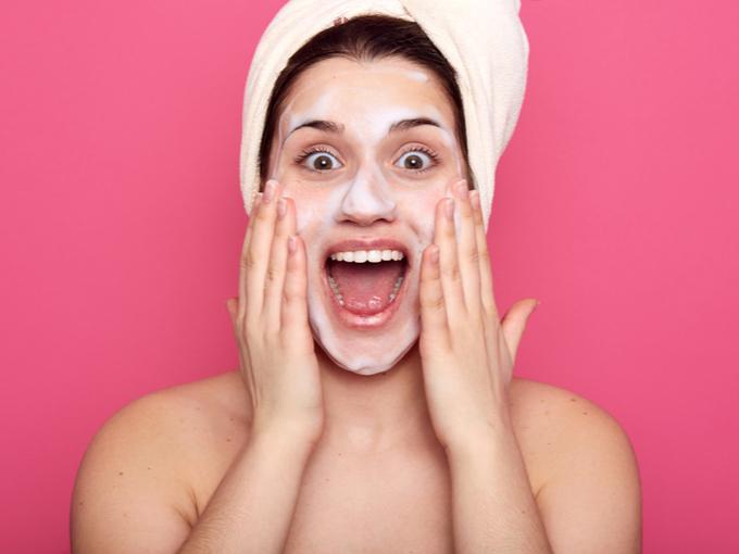 洗顔しながら驚いた表情の女性