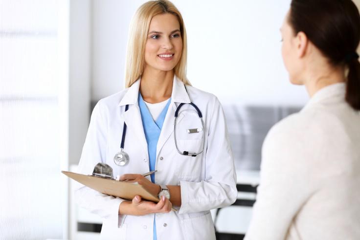 患者の話を聞く医師の画像