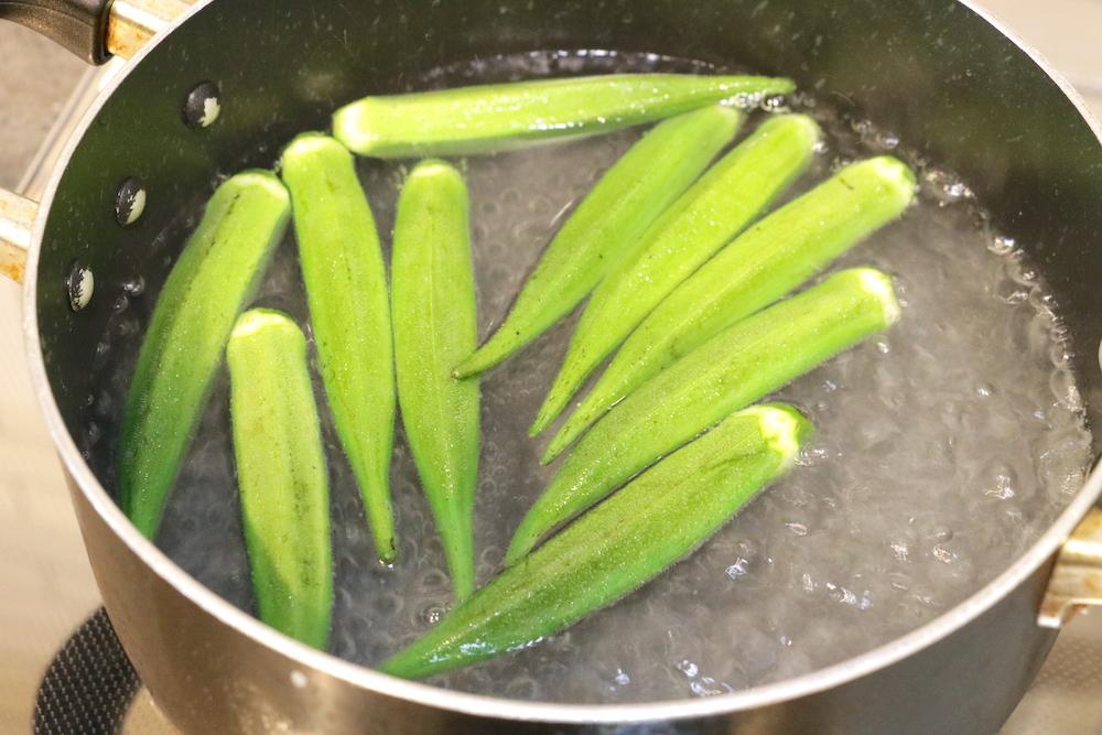 なべに沸かした熱湯にオクラを入れる