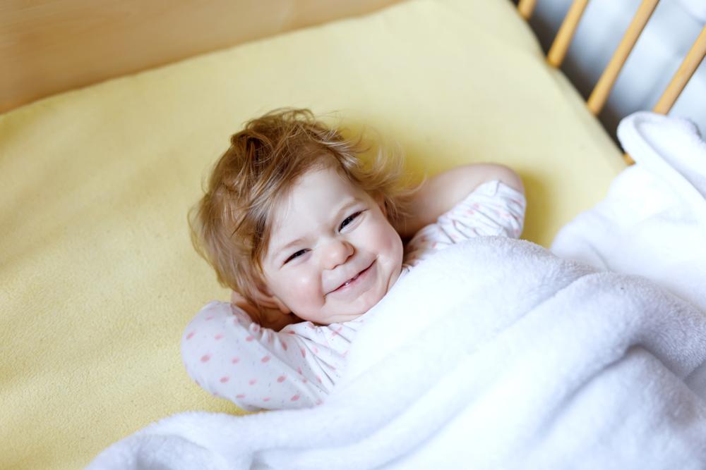 ベッドで笑顔の女性