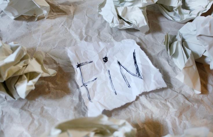 ぐちゃぐちゃにまるまった紙画像