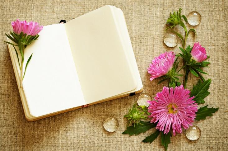 ノートと花の画像